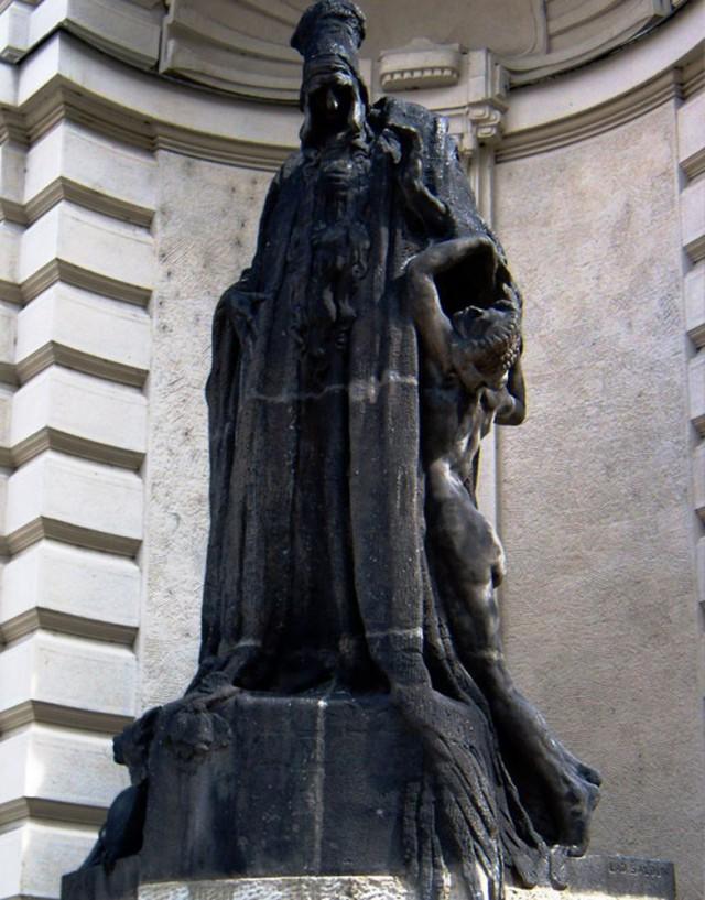 Скульптура раввина Лева на Новой ратуше