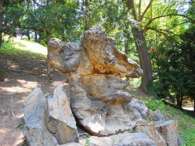 Разрушенная временем скульптура
