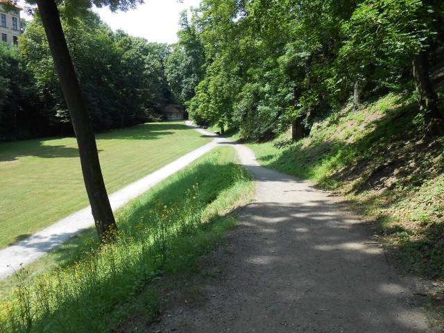 Дорожки вдоль рва
