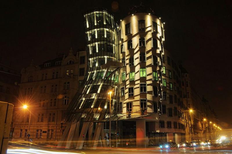 Танцующий дом в вечерней подсветке