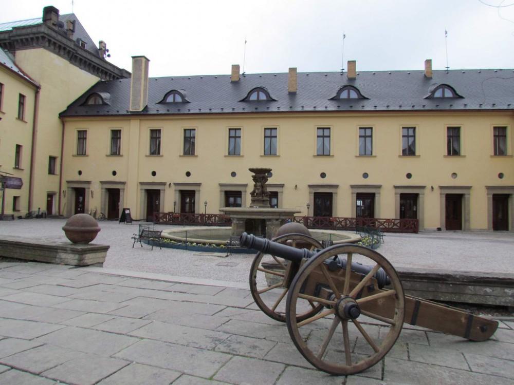 Двор Замока Збирог (Zámek Zbiroh)