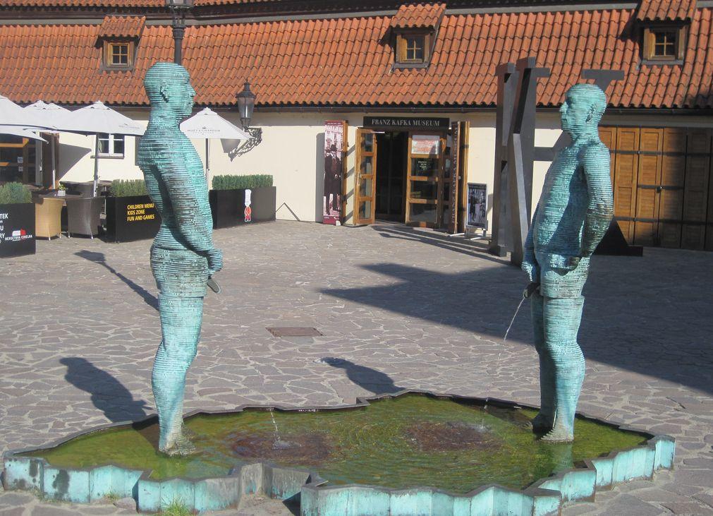 Картинки по запросу Где установлена статуя из двух писающих мужчин