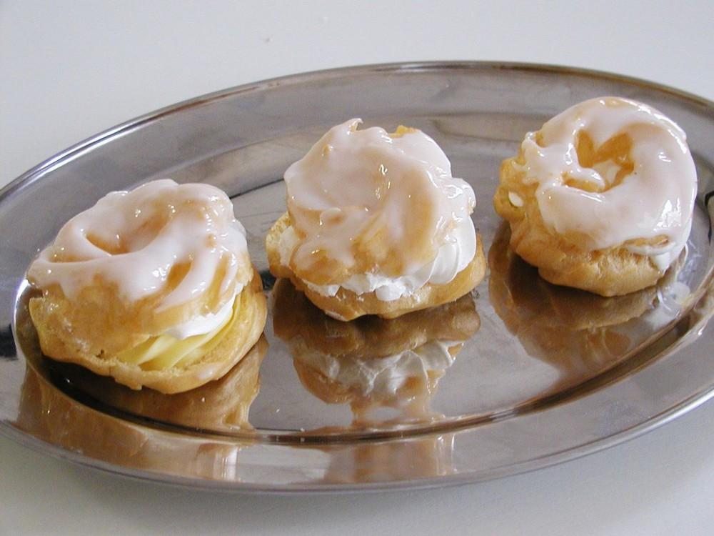 Пирожное со взбитыми сливками (věneček se šlehačkou)