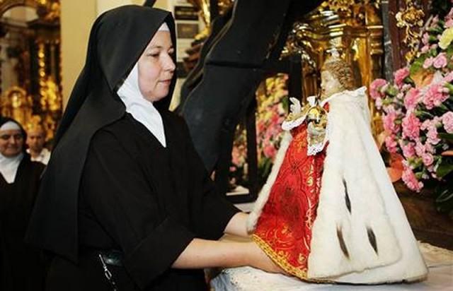 Переодевание младенца Христа (Pražské Jezulátko)