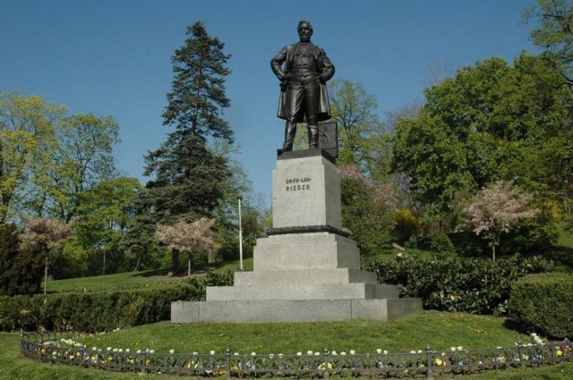 Памятник известному политику Францу Ладиславу Риегру работы Мыслбека.
