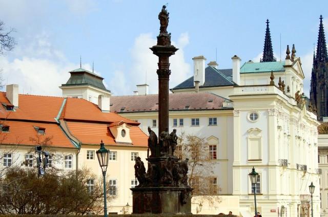 Градчанская площадь(Hradčanské námĕstí), чумной столб (Mariánský morový sloup)