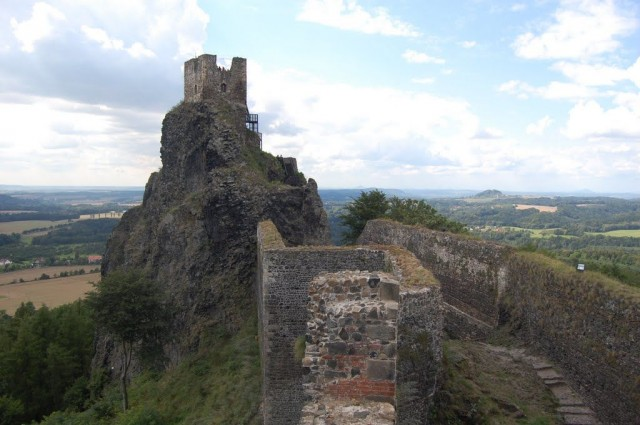 Вид с Девичьей башни на башню Баба