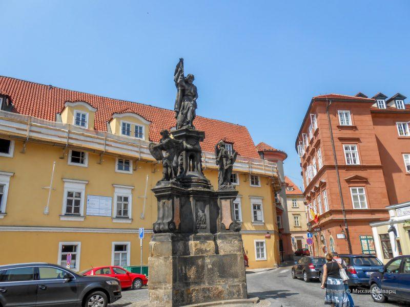 Памятник Иоанну Крестителю и старая почта