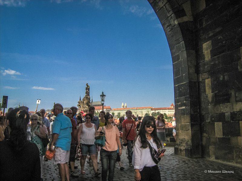 Вход на Карлов мост через Староместскую мостовую башню