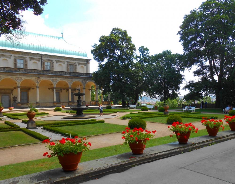 Летний дворец королевы Анны и поющий фонтан в Королевском саду
