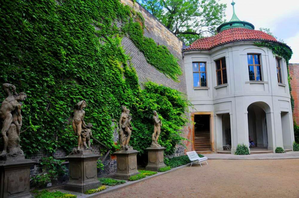 Павильон и скульптуры в Гартиговском саду