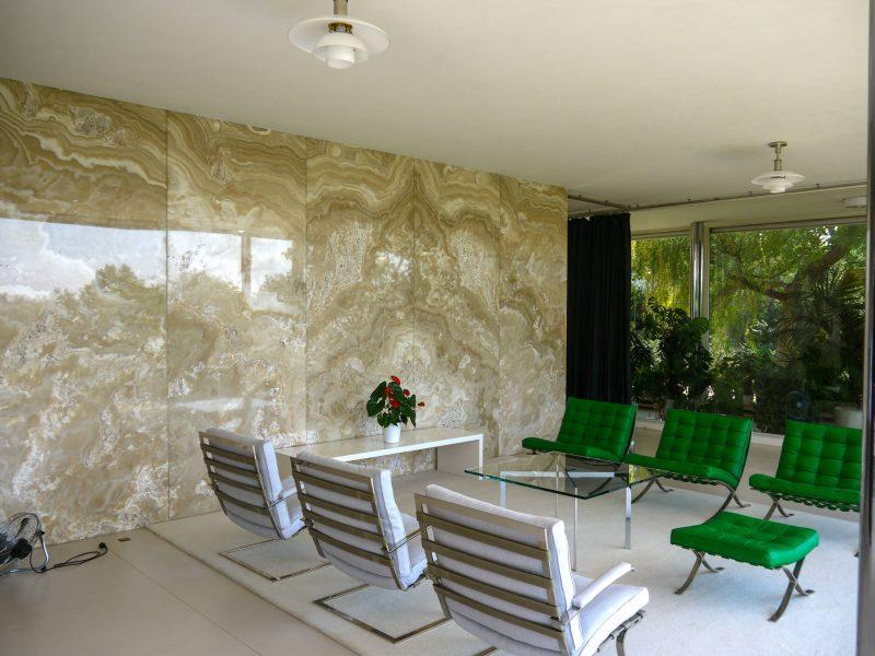 Стулья сделаны специально для обстановки виллы. Слева стена из оникса