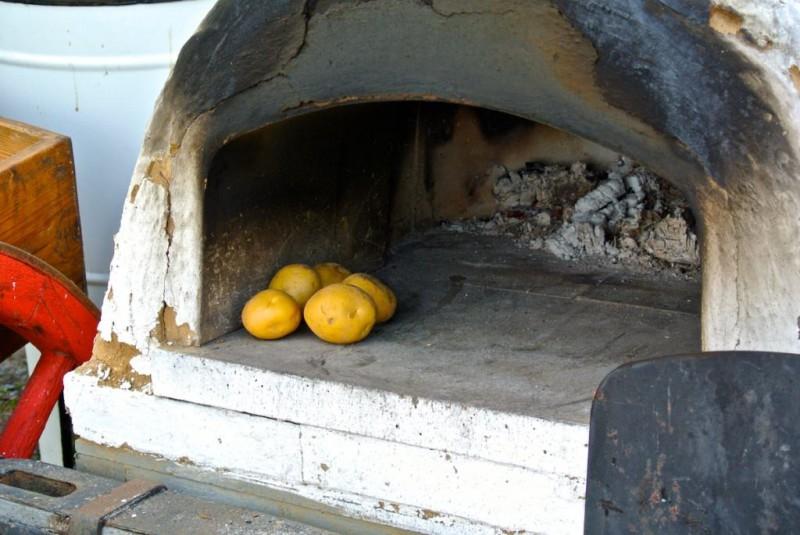 Картошечка печется в печке