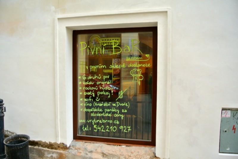 Надпись на окне пивбара