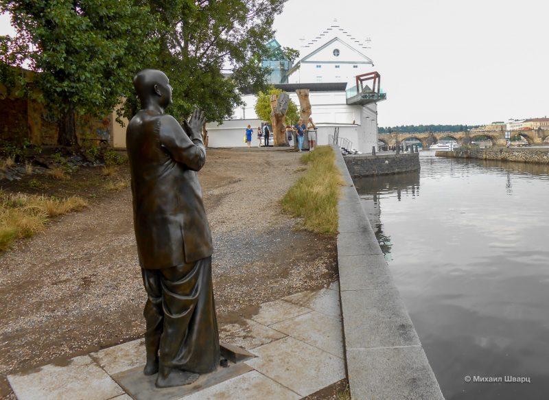 А в таком ракурсе музей видно с Малостранской набережной