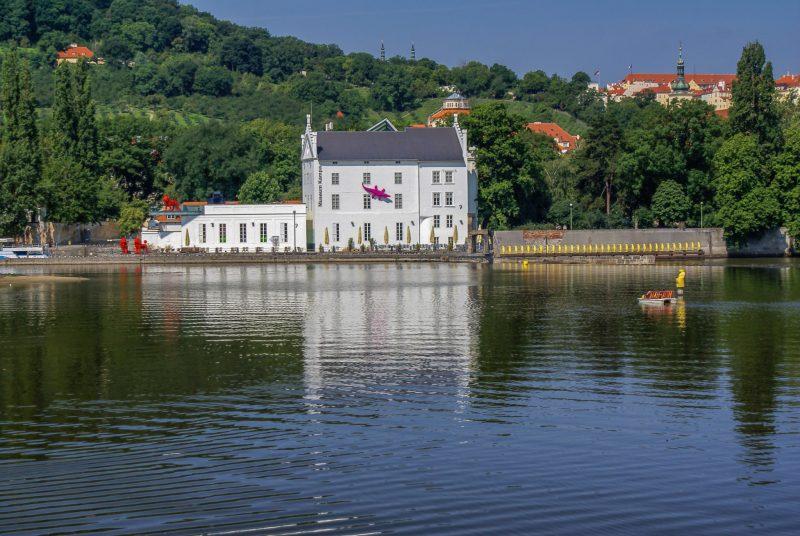 Вид на музей Кампа с Влтавы