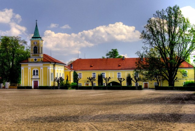 Замок и конезавод в Кладрубах-над-Лабой (Zámek a hřebčín Kladruby nad Labem)