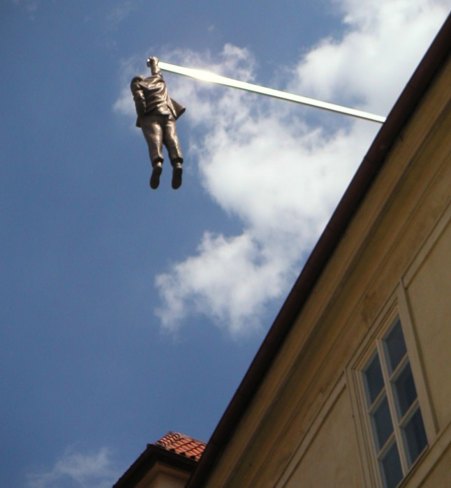 Фигура Зигмунда Фрейда свисает с крыши на одной руке