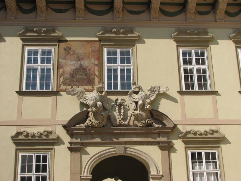 Солнечные часы и исторический  входной портал