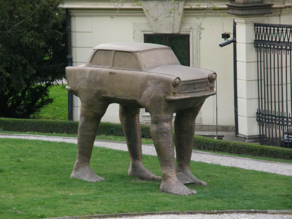 Скульптура шагающего автомобиля «трабант»