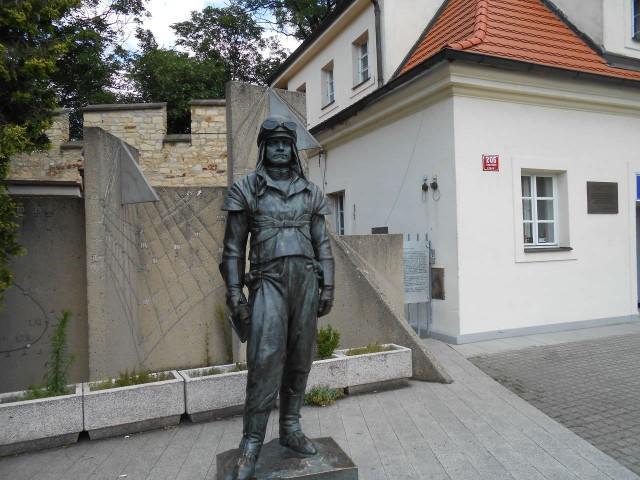 Памятник  Растиславу Штефанику около входа в обсерваторию