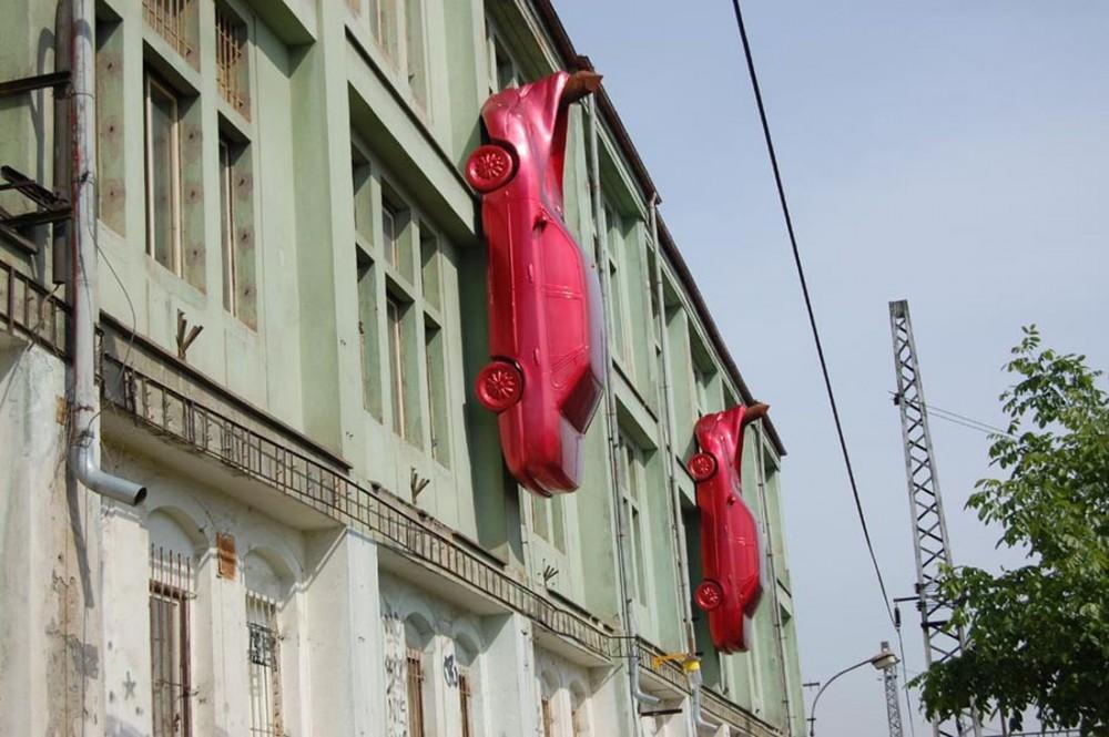 Два красных автомобиля - украшение культурного центра MeetFactory