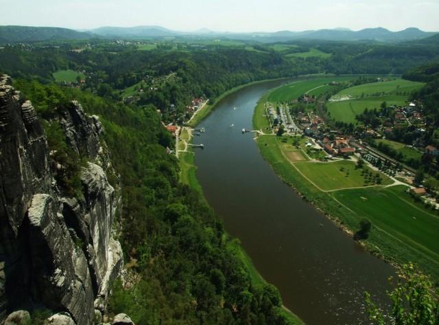Такая панорама на долину Эльбы открывается со смотровой площадки, Бастай