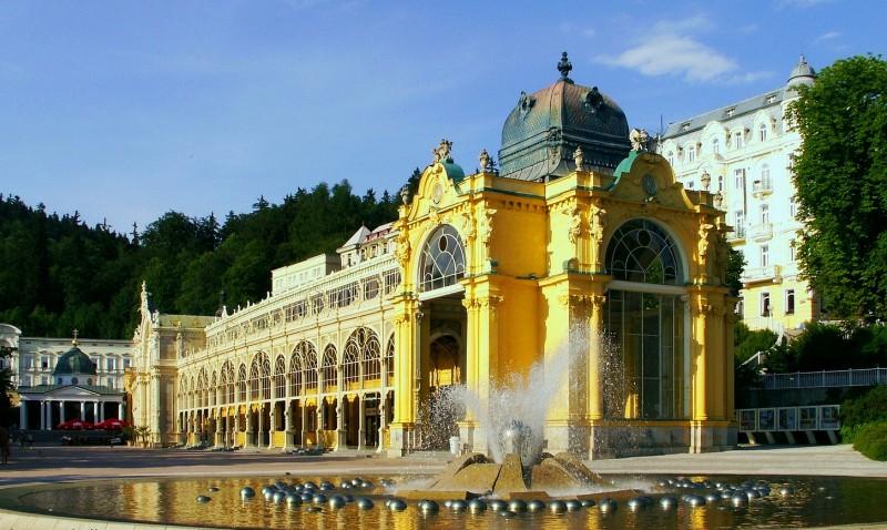 Поющий фонтан рядом с Главной колоннадой