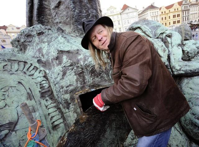 Скульптор Antonín Kašpar изучает внутреннюю часть памятника Яну Гусу