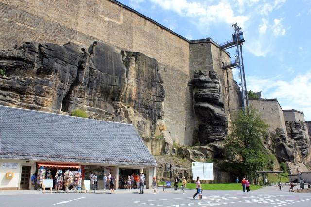 Лифт. Крепость крепостью, но должны же быть какие-нибудь удобства для туристов.