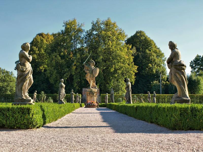 Аллея скульптур «Пороки и Добродетели»