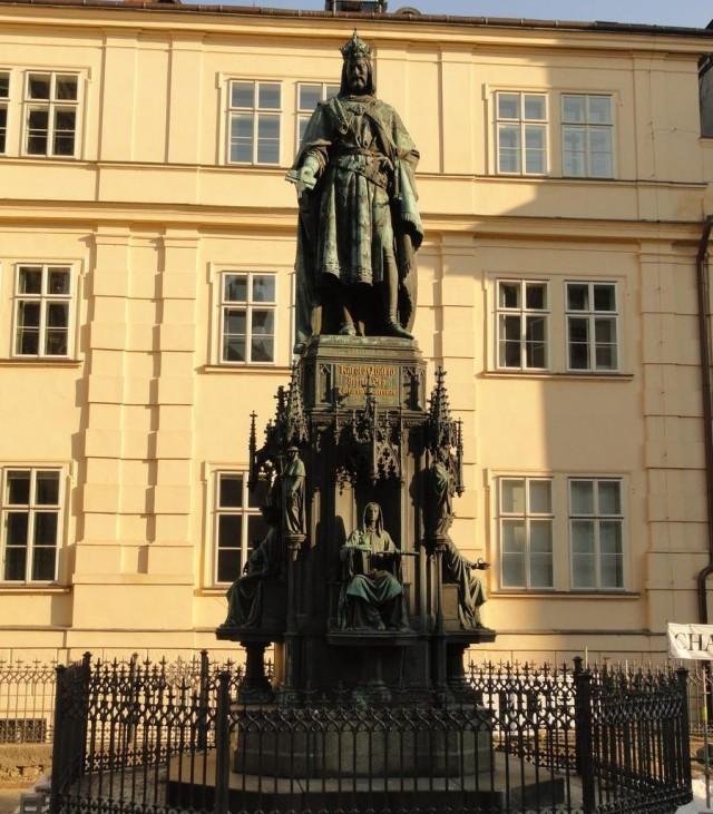 Памятник Карлу IV около Карлова моста в Праге