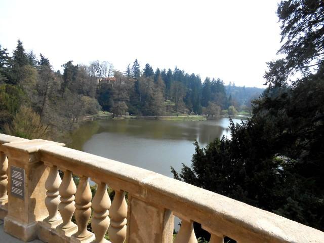 Вид на парк, который открывается с замка