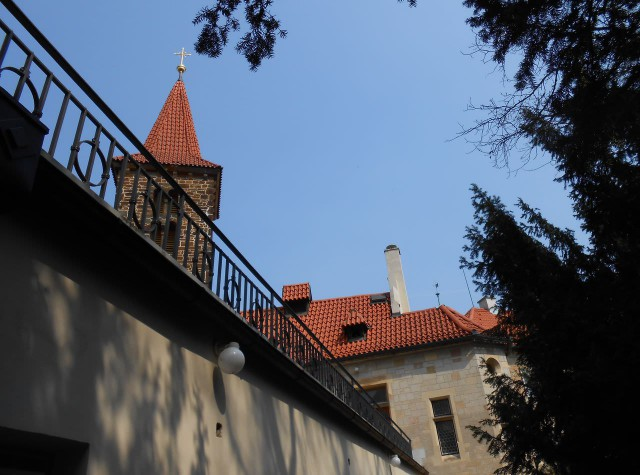 За замковой стеной видна колокольня церкви  Рождения Богородицы