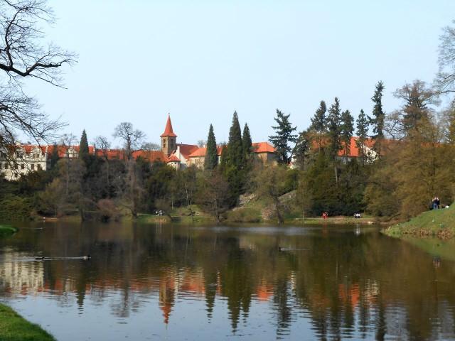 Подзамковое озеро, а в нем отражается замок.