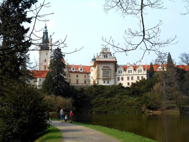 А это вид на замок, который открывается из парка.