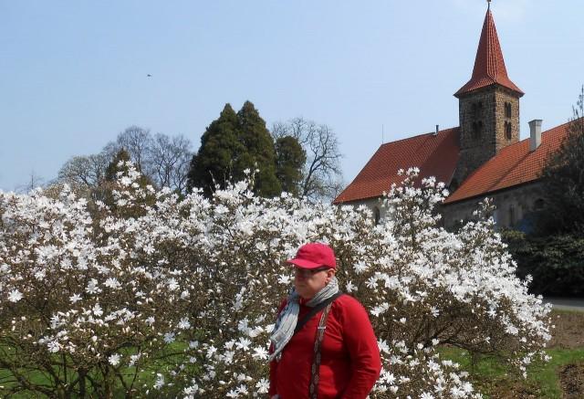 Я на фоне церкви Рождения Богородицы и цветов