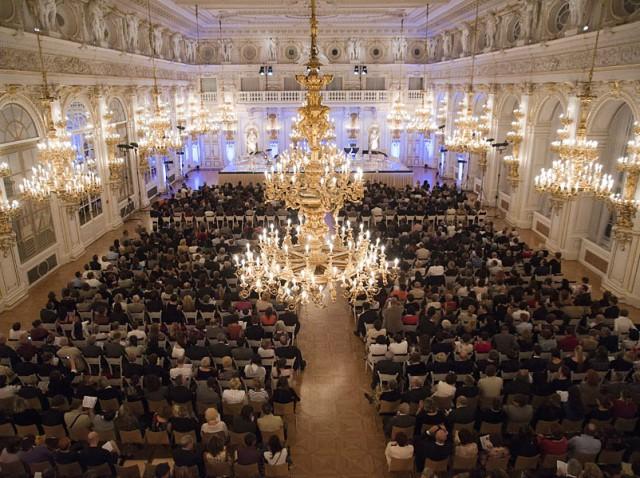В Испанском  зале проходят концерты