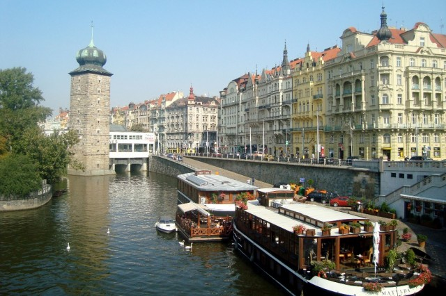 Прага. Набережная и рестораны на воде