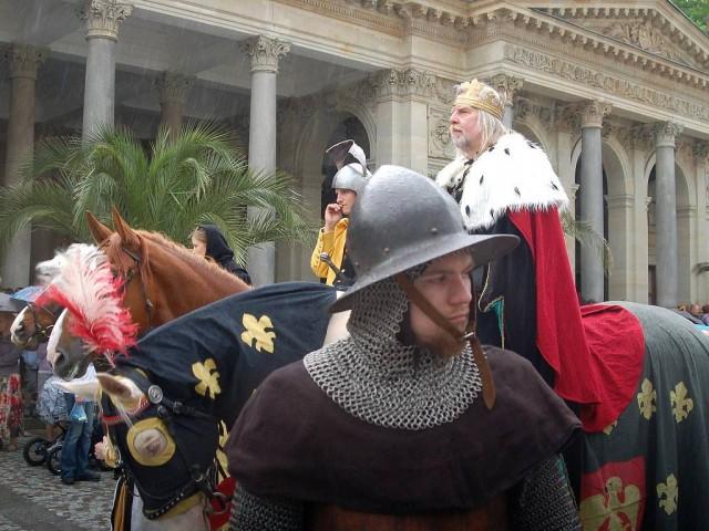 Историческая процессия  во главе с Карлом IV