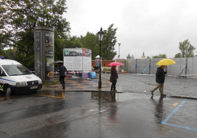 Остров Кампа перекрыт,  заграждения от наводнения поставлены, Прага 03.06.13