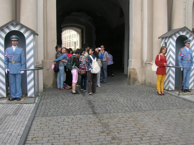 Второй двор Пражского Града, охраняемому гвардейцами