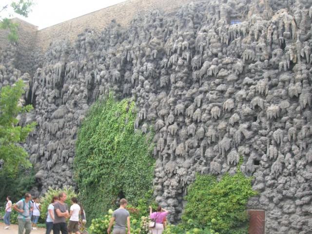 «Сталактитовая стена» в Вальдштейском саду