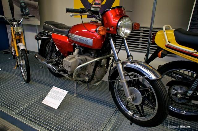А это уже знакомый нам легендарный мотоцикл Ява, любимец подростков