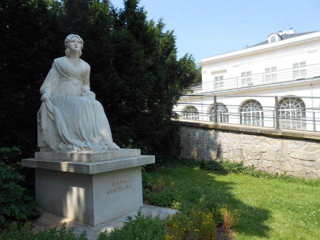 Памятник актрисе Гане Квапиловой