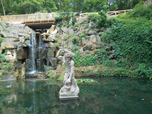Нижний пруд со статуей Геркулеса