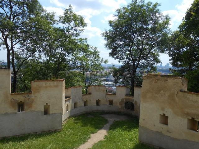 От других парков на Петршине сад Кинских отделён зубчатой Голодной стеной (Hladová zeď)
