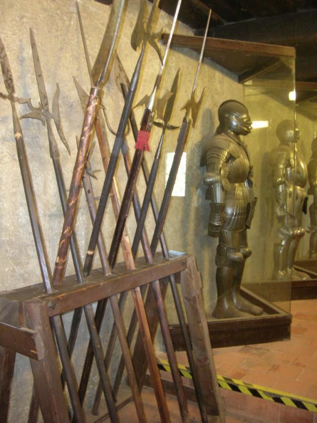 Выставка доспехов и оружия на Златой улочке