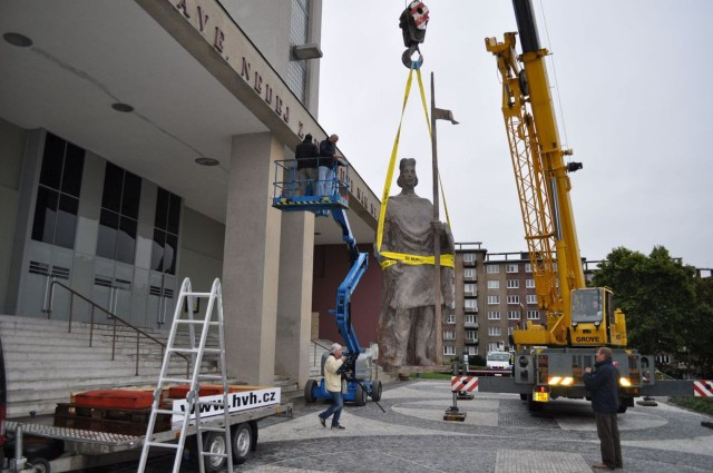 Установка статуи св. Вацлава в 2010 г.