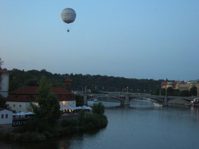 Воздушный шар над вечерней Прагой